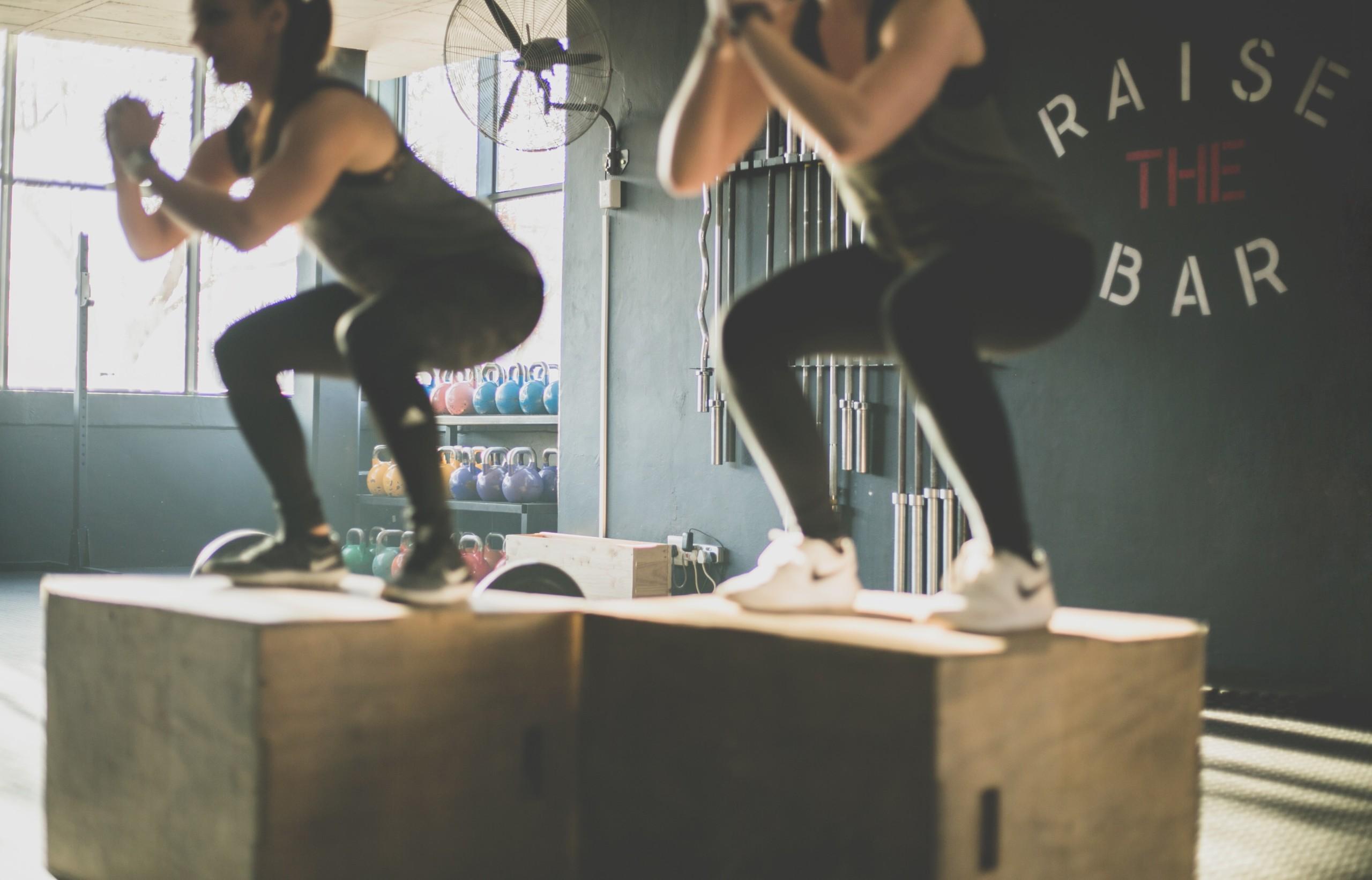 トレーナー直伝】スクワットで腹筋も強化!5つのポイントや正しいフォームを解説 | RETIO BODY DESIGN
