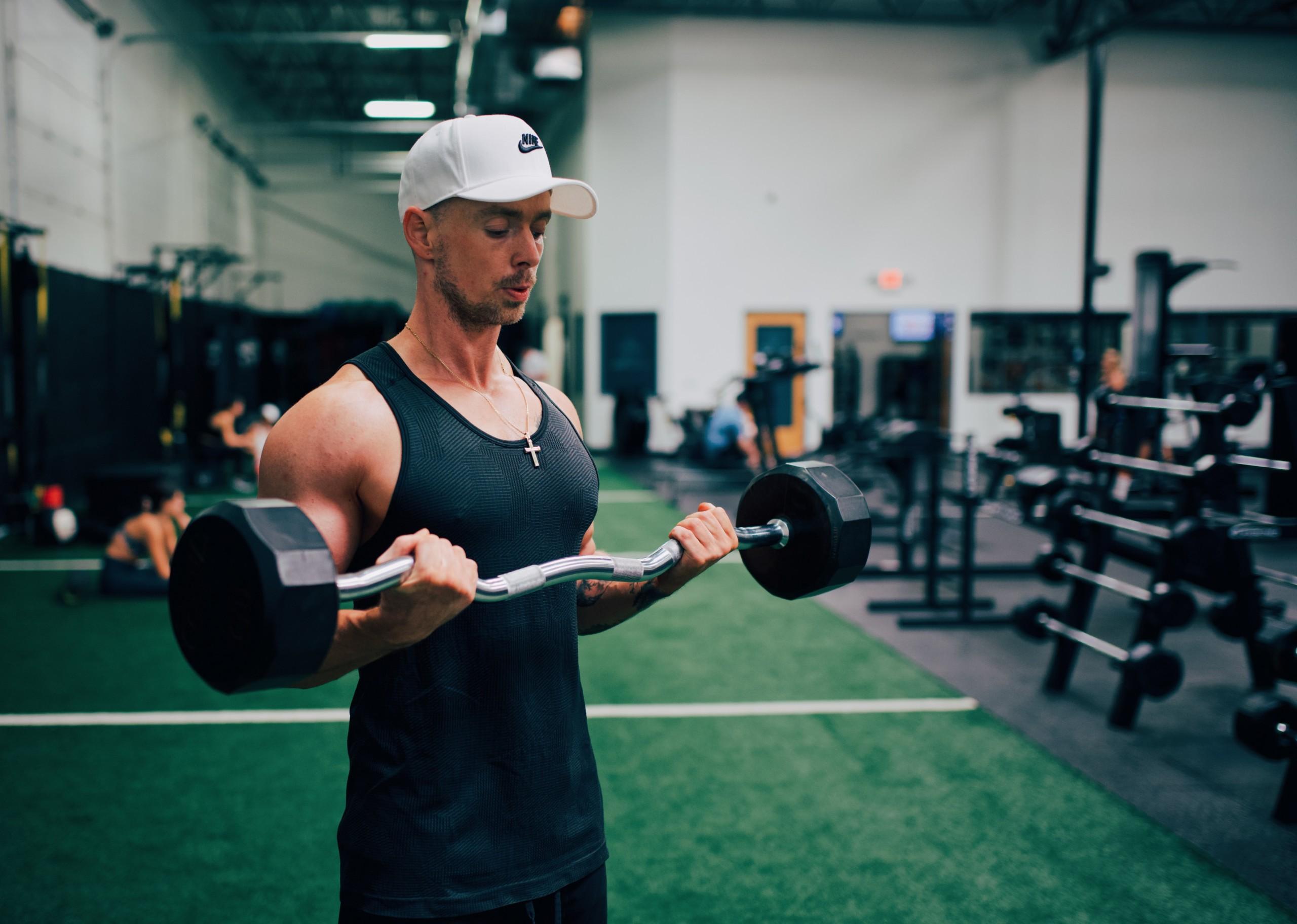 ジムトレーナー直伝】上腕二頭筋を鍛える筋トレ12選!効率良いトレーニング方法も解説 | RETIO BODY DESIGN